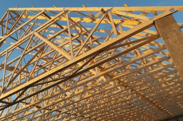 Drewniane konstrukcje to nie tylko wiązary dachowe. Dlaczego warto budować z drewna?